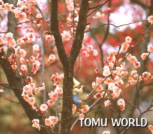 梅の花咲く幹に寄りかかり横笛を吹く小人